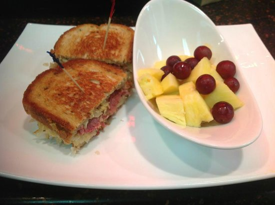Mike's Cafe & Grille: Beef Ruben sandwich and seasonal fruit