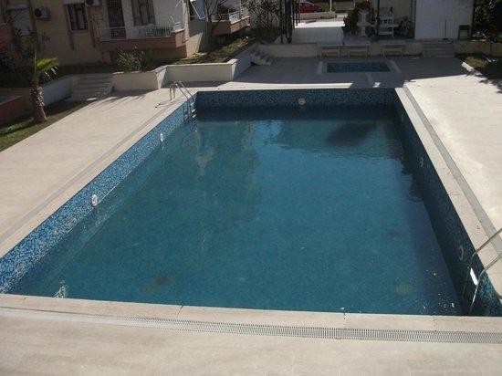 Bartu Apart Hotel : filthy pool