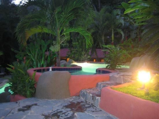 hotel el jardin area del jacuzzi en la noche