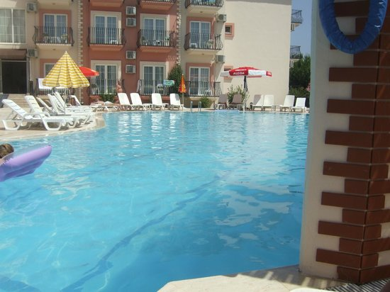 Hotel Pelin: Pool view from the bar