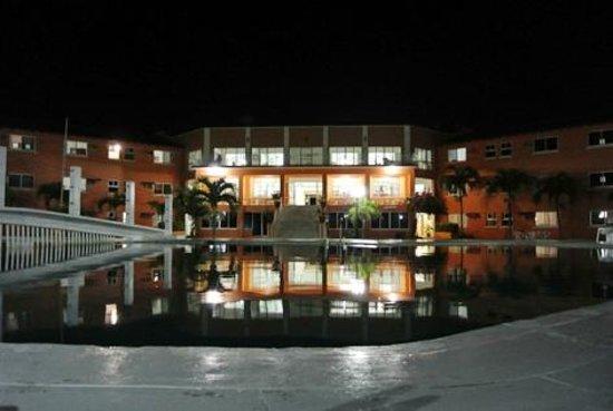 Hotel Balneario Tecolutla: Fachada desde el área de piscina