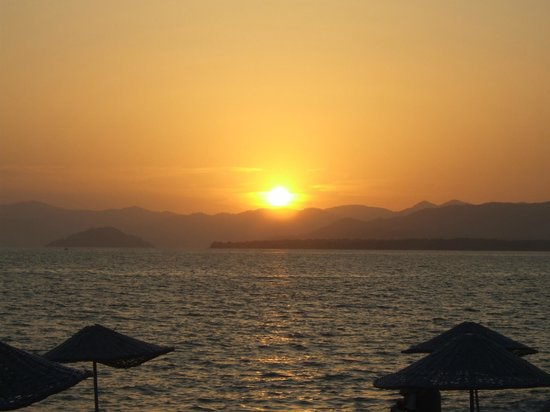 Hotel Pelin: Sunset at the beach 5 minutes walk away