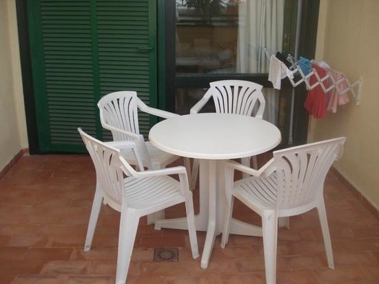 Court Yard Patio Washing Line And Chairs Table