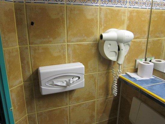 Hôtel Restaurant Le Relais : バスルームの設備