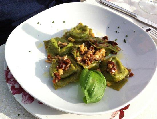 Il Fienile: Ravioli al basilico con ripieno di burrata