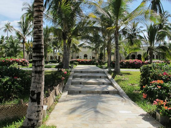 Baraza Resort & Spa: Path to main hotel