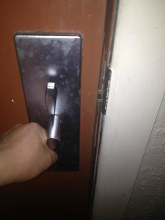 Americas Best Inns & Suites: door handle doesn't work
