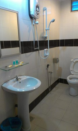 Hotel Shangg: Clean and roomy bathroom