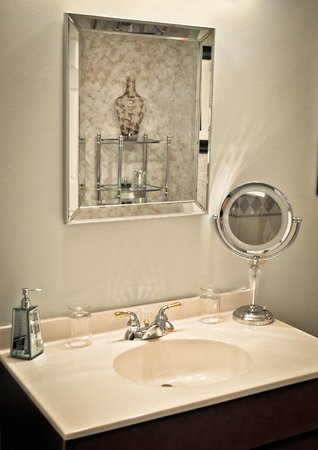 The Inn on Campbell: Lighted make-up mirrors in all bathrooms.