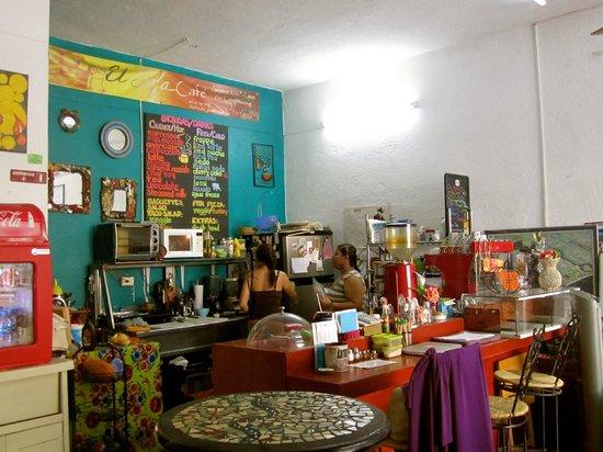 El Sofa Cafe: La Cocina con la Chicas Trabajando