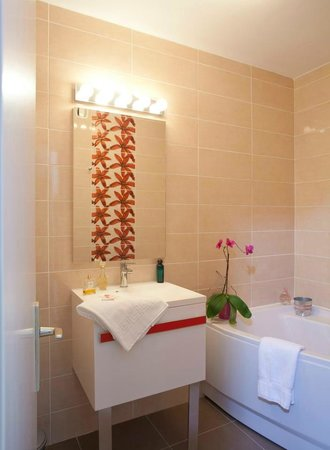 Hotel Brun: Salle de bain baignoire d'angle