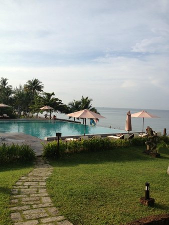 Chen Sea Resort & Spa Phu Quoc: view of pool and beach from the restaurant