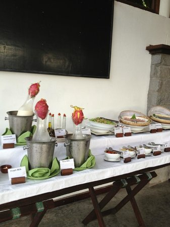 Chen Sea Resort & Spa Phu Quoc: breakfast buffet- loved the touch of the fresh fruit plugs on top of the juice!