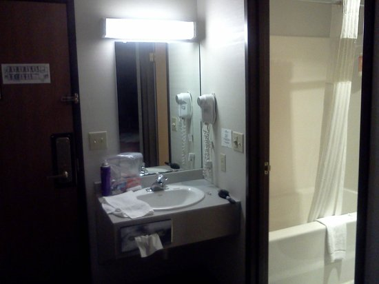 Eastwood Inn: small sink area outside of bathroom, no towel bar for hand towels