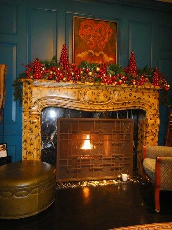 Monaco Alexandria, a Kimpton Hotel: Lobby fireplace at Christmas