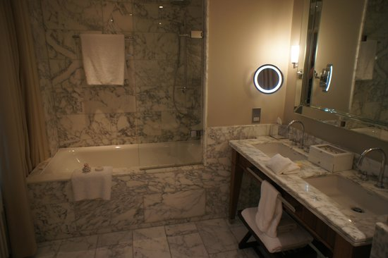 St. Pancras Renaissance Hotel London: Bathroom in Chambers Suite