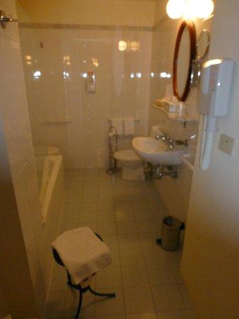 Hotel L'Antico Pozzo: BATHROOM