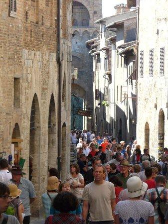 Hotel L'Antico Pozzo: DAYTIME CROWDS