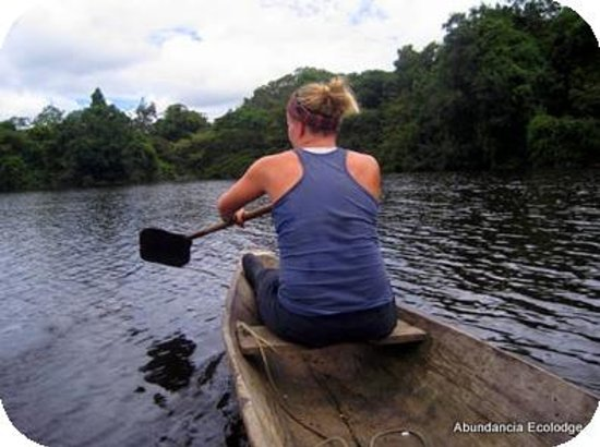 Abundancia Amazon Eco Lodge: canoeing near the lodge