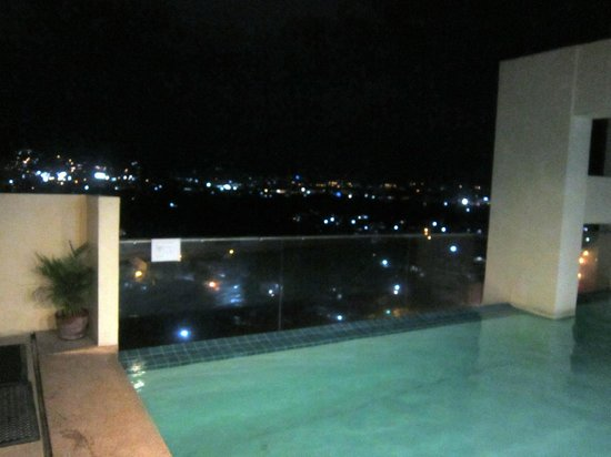 Cityscape Hotel: Pool view at night