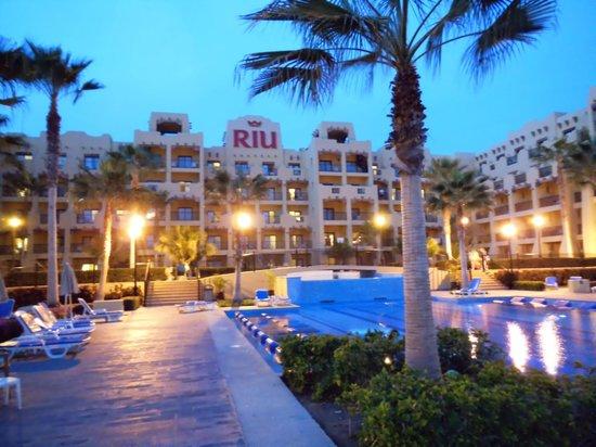 Hotel Riu Santa Fe: Main pool area at night