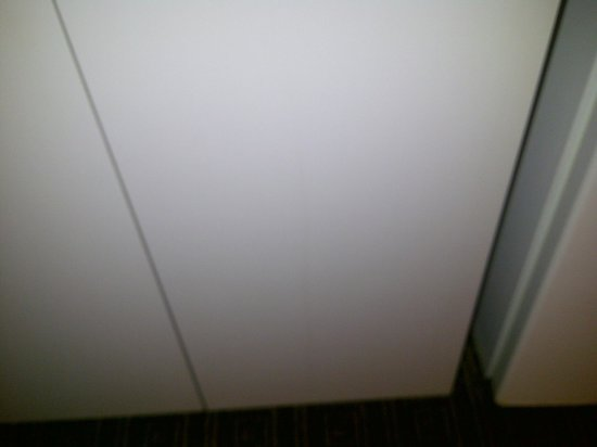 Motel 6 Jacksonville : Stains on cabinet