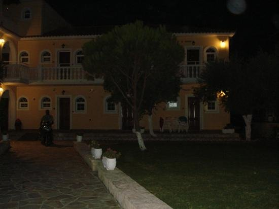 Mavrias Village Apartments: apartments at night