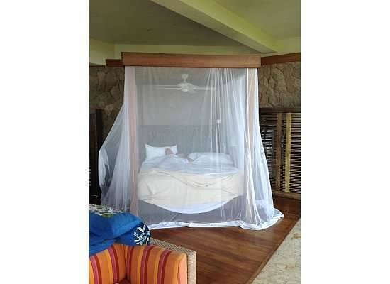 Jade Mountain Resort: Bed with mosquito net