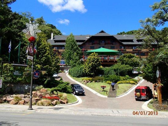 A frente do Hotel Casa da Montanha.