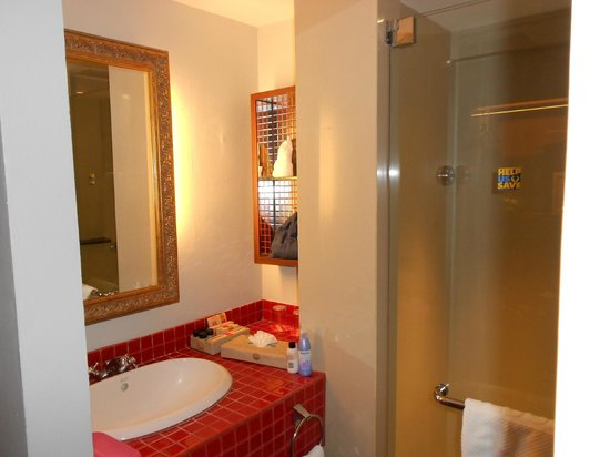 Patong Beach Hotel: ROOM