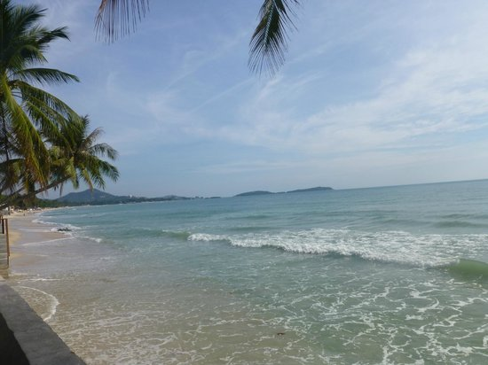 Samui Paradise Chaweng Beach Resort: beach to left of SP