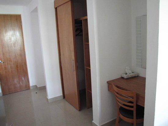 Suites Gaby Hotel: Hall closet
