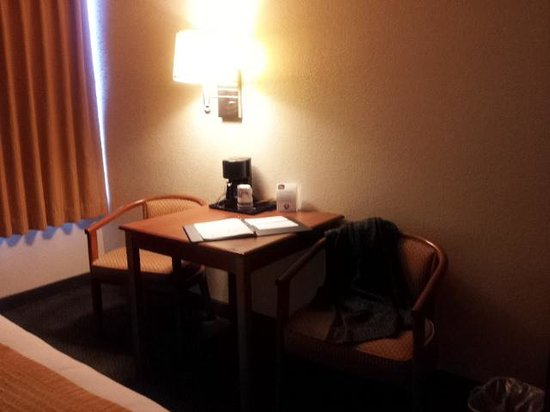 BEST WESTERN East Brunswick Inn: nicce big desk in the room