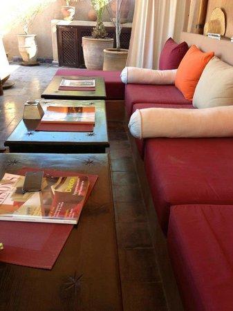 Riad Boussa: 屋上テラスのソファ