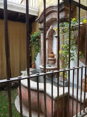 Hotel Tradiciones Antigua: Looking out at the courtyard