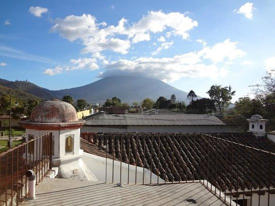 Hotel Tradiciones Antigua: Looking towards the volcano from the rooftop