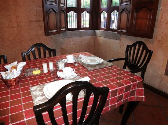 Hotel Tradiciones Antigua: The dining area, set for breakfast
