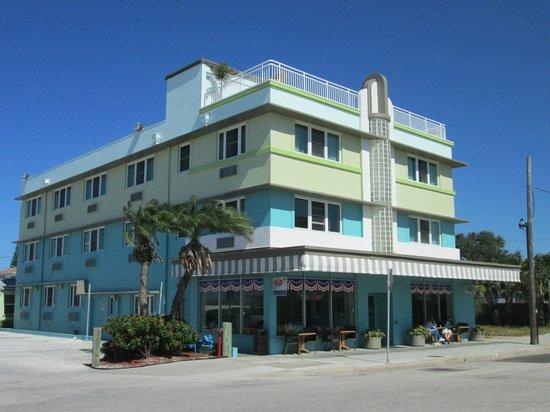 Palm Pavilion Inn : Hotel part, behind the restaurant and bar