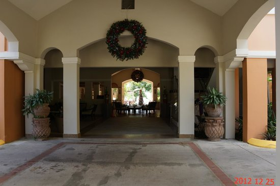 Rincon Beach Resort: View through Lobby and Court Toward Pool and Beach