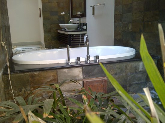 The Kunja Villas & Spa : bathroom view from outside