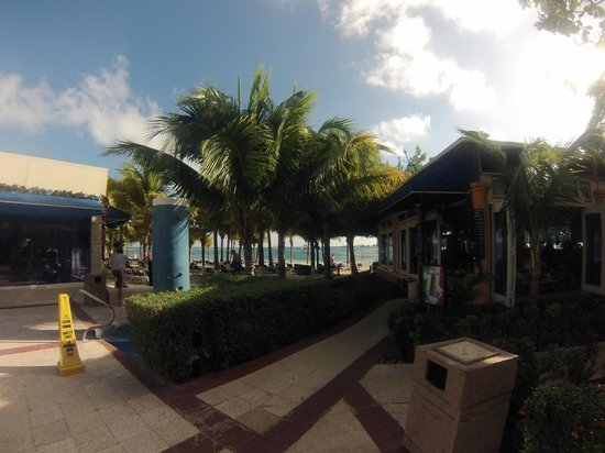 Occidental Costa Cancun: View of buffet and area of access to the beach