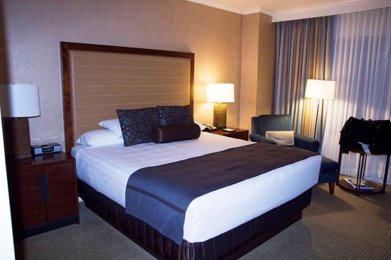 Hyatt Regency Calgary : Our room with king-sized bed