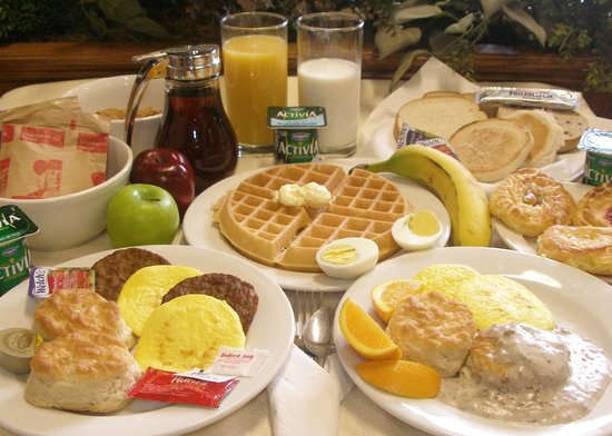Quality Inn & Suites Kansas City Airport North: Hot Breakfast Buffet