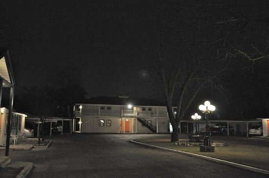 Peach Tree Inn & Suites at night-quiet