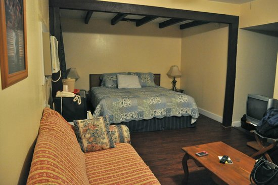 Peach Tree Inn & Suites: The room with king sized bed, refrigerator and couch