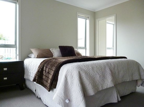Fiordland Holiday Houses: Manapouri Lodge King Room with en suite