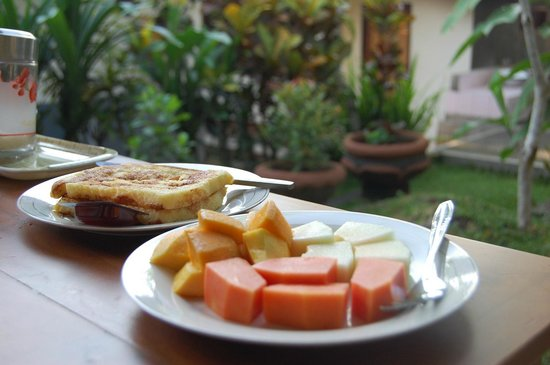 Suparsa's Home Stay: Breakfast - French toast and fresh fruit