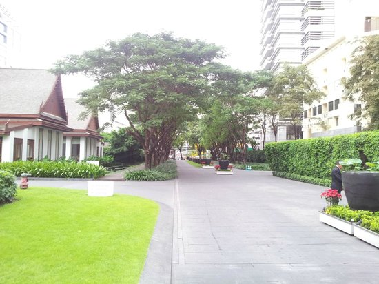 โรงแรมสุโขทัย: Road from the entrance to the hotel lobby