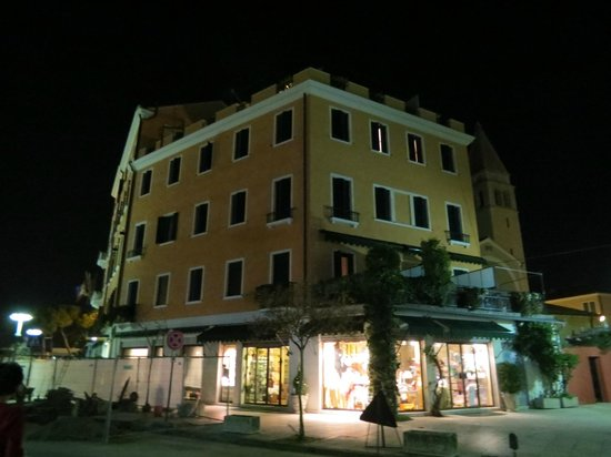 Riviera Hotel: View Of Hotel At Night