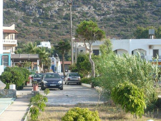 Hotel Alkyonides: парковка во дворе, есть еще снаружи
